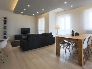 """Casa """"Elle"""" bianca e grigia MAMESTUDIO Soggiorno minimalista"""