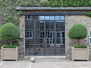 Bronze Screen with Slimline Doors on a Yorkshire Barn Conversion Architectural Bronze Ltd 窗戶與門門 銅/青銅/黃銅 Brown