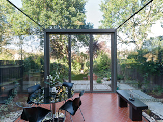 Frameless Glass Box Extension Trombe Ltd Столовая комната в стиле модерн