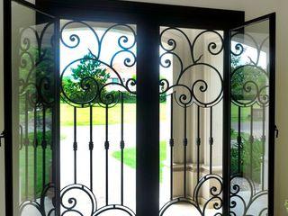 Puerta de entrada de hierro forjado homify Puertas y ventanas clásicas Hierro/Acero Negro