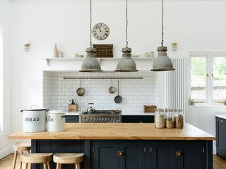The Arts and Crafts Kent Kitchen by deVOL deVOL Kitchens Кухня Синій
