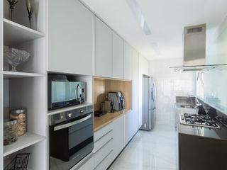 Haruf Arquitetura + Design Minimalist kitchen White