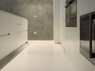 Pavimenti in microcemento V&V srl Cucina moderna Bianco