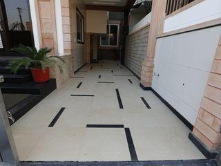 RAVI - NUPUR ARCHITECTS Garajes de estilo moderno Azulejos