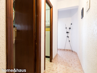 Home & Haus   Home Staging & Fotografía راهرو سبک کلاسیک، راهرو و پله White