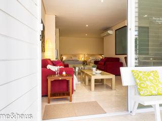 Home & Haus   Home Staging & Fotografía الممر الأبيض، الرواق، أيضا، درج Beige
