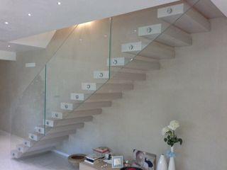 Scala a sbalzo Ideal Ferro snc Ingresso, Corridoio & Scale in stile moderno Legno Beige