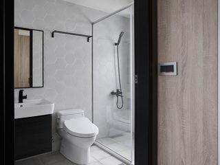 寬度 空間設計整合 Baños de estilo moderno