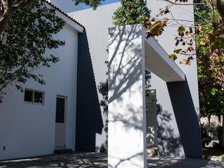 CASA ESPACIO DIONISIACO Excelencia en Diseño Garajes modernos Ladrillos Blanco