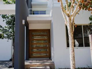 PUERTA DE INGRESO PRINCIPAL Excelencia en Diseño Casas modernas Ladrillos Blanco