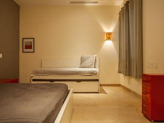 MORADA CUATRO Dormitorios modernos: Ideas, imágenes y decoración