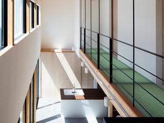 井上久実設計室 Eclectic style corridor, hallway & stairs