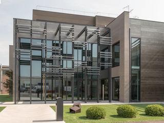 Nuovo edificio ad uso uffici ARCHITETTO Ingrid Fontanili Giardino minimalista
