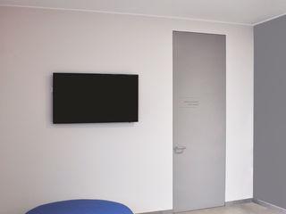 NUOVA SEDE AZIENDALE ARCHITETTO Ingrid Fontanili Ingresso, Corridoio & Scale in stile minimalista