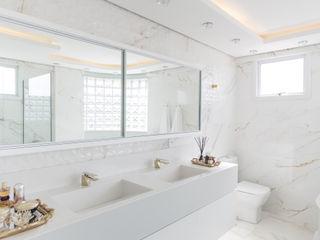 Cassiana Rubin Arquitetura Minimalist bathroom Marble White