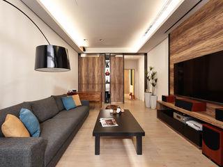 光影交錯的穿透樓梯,屬於都會的樂活休閒宅 合觀設計 现代客厅設計點子、靈感 & 圖片