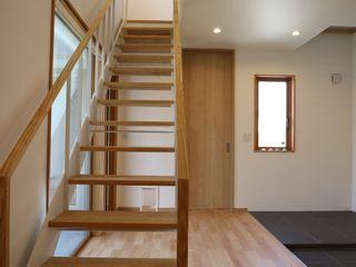 アトリエ・アースワーク Modern corridor, hallway & stairs