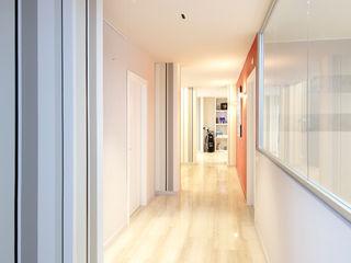 architetto roberta castelli Modern corridor, hallway & stairs