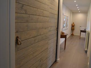 Elena Valenti Studio Design Corridor, hallway & stairsClothes hooks & stands Parket Brown