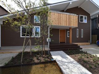 木の家株式会社 Modern Houses Wood Grey