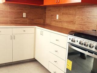 Constructora e Inmobiliaria Catarsis Cocinas de estilo ecléctico Madera Naranja