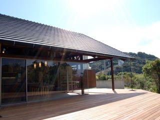 アジアンスタイルのテラスハウス 環アソシエイツ・高岸設計室 バルコニー&ベランダ&テラス植物&花 木 多色