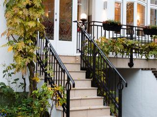 28 Grad Architektur GmbH Classic style balcony, porch & terrace