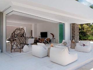 AYUSO EURO SYSTEMS, S.A. DE C.V. Modern windows & doors Aluminium/Zinc White