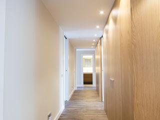 Bocetto Interiorismo y Construcción Pasillos, vestíbulos y escaleras de estilo minimalista Madera Acabado en madera