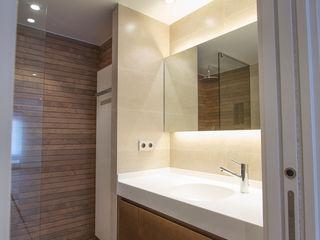 Bocetto Interiorismo y Construcción Baños de estilo minimalista Cerámico Acabado en madera