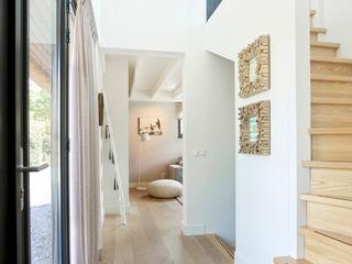 Hinabaay Pasillos, vestíbulos y escaleras de estilo moderno
