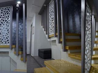 RAVI - NUPUR ARCHITECTS Pasillos, vestíbulos y escaleras de estilo moderno Madera Marrón