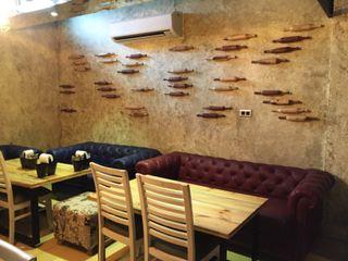 RESTO-LOUNGE : RANJIT AVENUE TULI ARCHITECTS AND ENGINEERS Bars & clubs Engineered Wood Amber/Gold