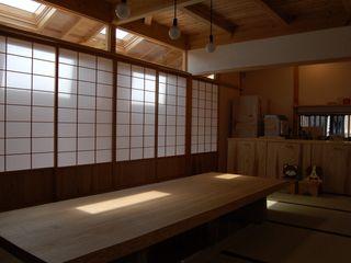 大工棟梁と造る倉の家 環アソシエイツ・高岸設計室 ラスティックデザインの リビング 木 白色