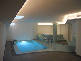 Piscina interna con spa privata . Aquazzura Piscine Piscina moderna