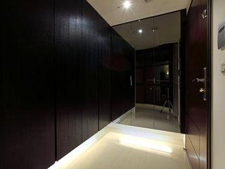 直譯空間設計有限公司 Modern corridor, hallway & stairs Black