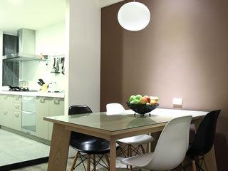 直譯空間設計有限公司 Minimalist dining room Brown