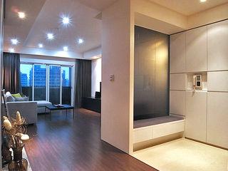 直譯空間設計有限公司 Modern corridor, hallway & stairs White