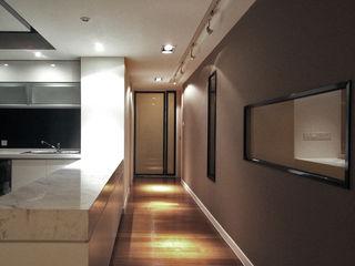 直譯空間設計有限公司 Modern corridor, hallway & stairs Brown
