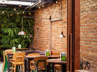 Lodo Barana Arquitetura e Interiores Rustic style balcony, veranda & terrace Bricks Wood effect
