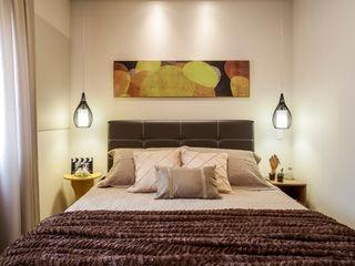 Amanda Pinheiro Design de interiores 모던스타일 침실 황색 / 골드