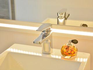 Graça Brenner Arquitetura e Interiores Casas de banho minimalistas MDF Branco