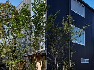 YOKOI TSUTOMU architects Modern houses Metal Black