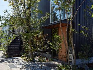 YOKOI TSUTOMU architects Modern garden Wood Multicolored