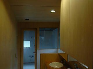 M+2 Architects & Associates Nowoczesna łazienka Drewno O efekcie drewna
