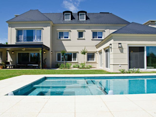 LLACAY arquitectos クラシカルスタイルの プール
