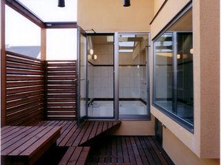 バスルーム、キッチンからウッドデッキへ 豊田空間デザイン室 一級建築士事務所 オリジナルデザインの テラス