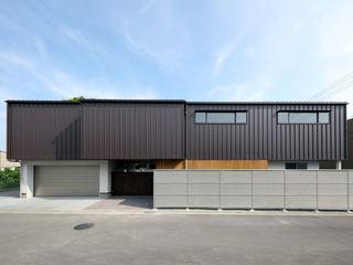 HOUSE IN MARUGAME 高倉設計事務所 モダンな 家 鉄/鋼 ブラウン