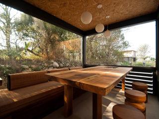FAMWOOD 自然紅屋 Salas de estilo rústico