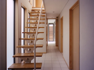 スキップフロアで豊かなスペースの家 豊田空間デザイン室 一級建築士事務所 北欧スタイルの 玄関&廊下&階段